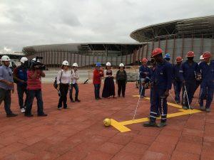 Filmagem da Globo no Parque Olímpico da sensibilização - operários usando vendas e experimentando piso tátil.